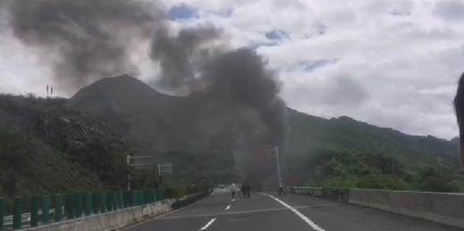 刚刚!沪昆高速砂银沟大桥一大货车自燃,一人重伤!
