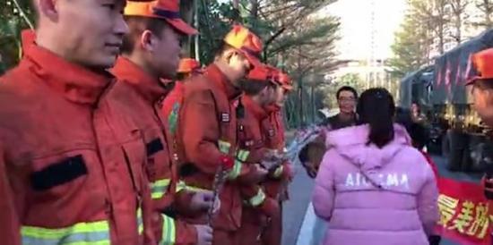 佛山高明森林火灾扑灭,市民献花消防员