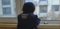 3岁女童趴窗台1小时未动 原因让人哭笑不得