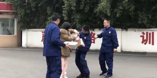 被救女孩向消防员鞠躬:冰水里泡20分钟