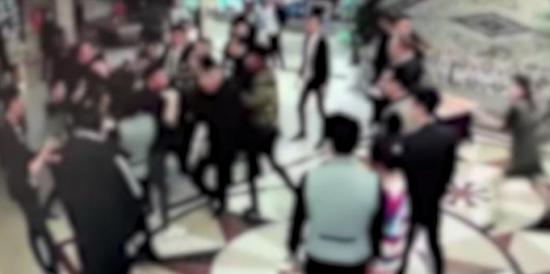 """顾客KTV唱""""霸王歌"""",16人群殴"""
