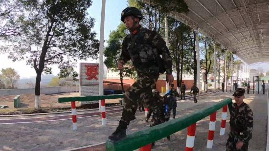 一镜到底|看武警特战队员如何满分实装通过200米障碍