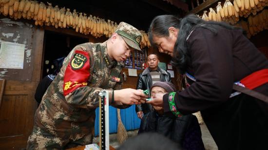 军民鱼水一家亲 | 武警贵州省总队新兵团黔南承训点野营拉练奏响军民双拥曲