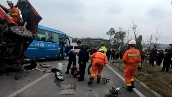 进服务区不减速!仁怀货车追尾大巴车后侧翻,消防员紧急救援