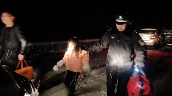 父女被困乡村公路3小时 民警寒夜冒雪救助