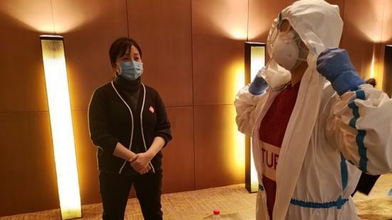 【英国威廉希尔娱乐援鄂抗疫战报】酒店走廊上,他们连夜反复练习