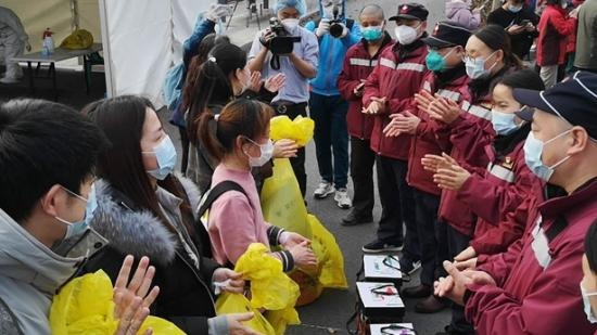 """【贵州援鄂抗疫战报】""""真的谢谢你们!""""出院后,她望着贵州医疗队员流下眼泪"""