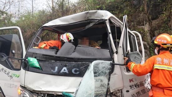 惊险!遵义两辆货车迎头相撞致2人被困 消防员拆车救人