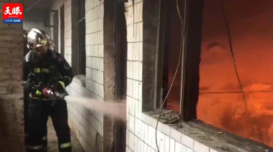 木材杂物堆积致房屋起火 六盘水消防成功扑救
