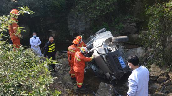 贵州凯里:男子开车不慎翻入河沟 消防队员火速救援