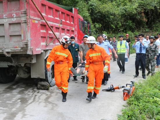 危险!修车时液压撑杆突然爆裂 维修人员被困车底