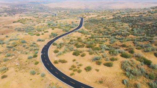 穿啥?穿沙!是橫穿沙漠的公路