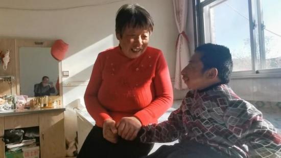 31岁脑瘫男子体重19公斤:从小被抛弃,两代人接力照顾