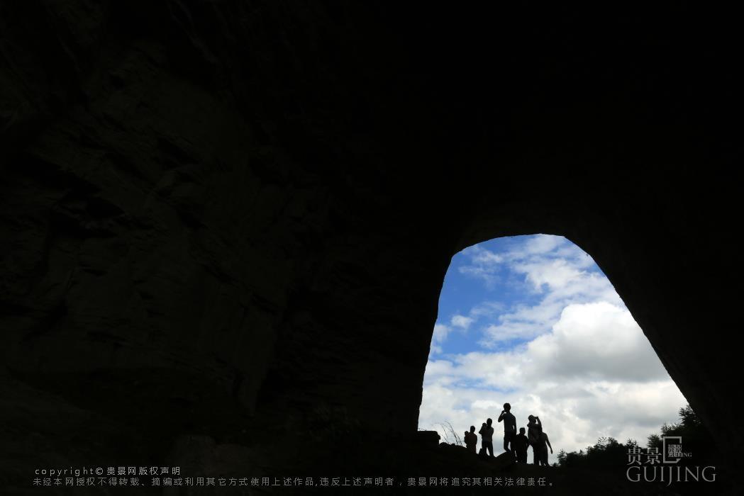 7月15日,游客在贵州省大方县羊场镇陇公村清虚洞游玩.